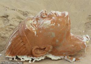 Archeologové našli v egyptské poušti tajemnou hlavu sfingy!