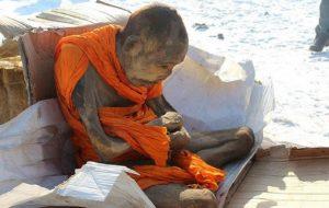 200 let starý mnich prý nezemřel: Pouze medituje!