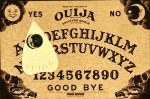 Odborníci varují před populární spiritistickou tabulkou Ouija