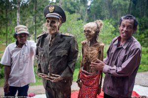 Děsivý svátek na ostrově Sulawesi: Každé 3 roky vytahují mrtvé z hrobů!