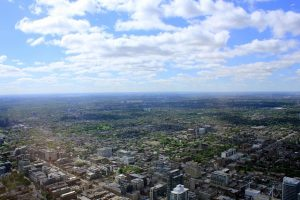 Na obyvatele kanadského městečka padá znebe neznámá látka!