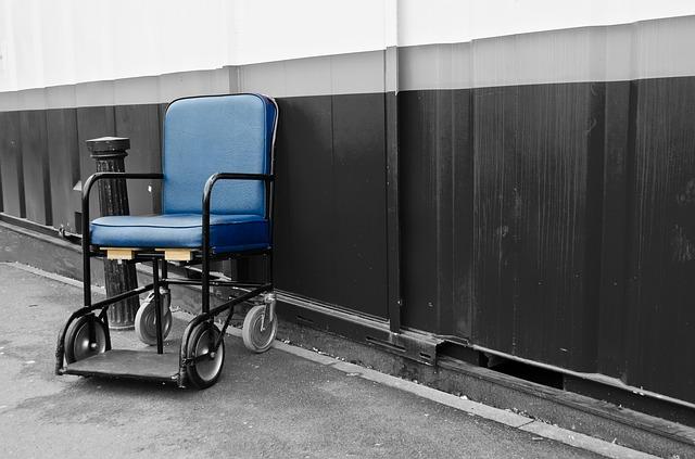 VIDEO: Zaměstnance nemocnice děsí pohybující se invalidní vozík
