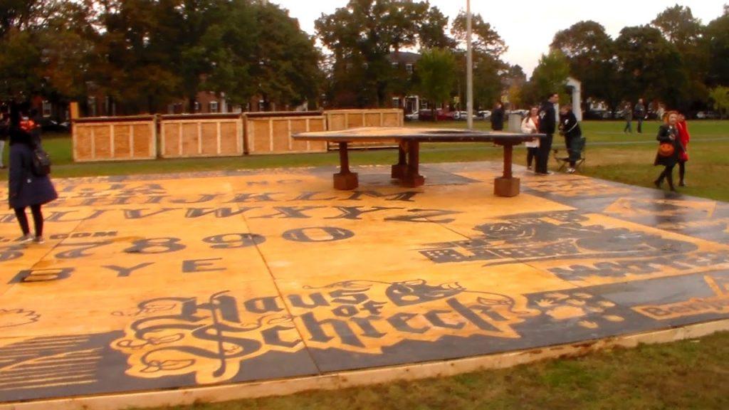 VIDEO: V Salemu mají největší ouija tabulku na světě!