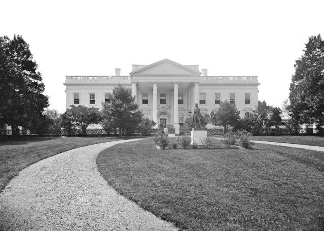 Bílý dům se stal oficiálním sídlem prezidentů v roce 1800.