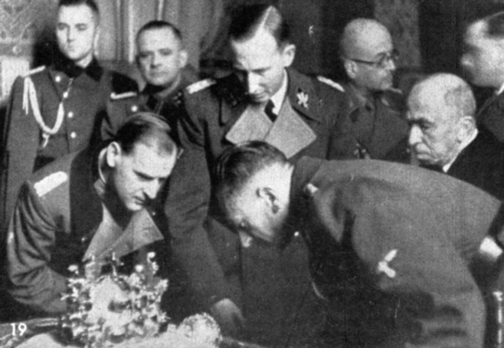 Heydrich (uprostřed) si prohlíží Svatováclavskou korunu.