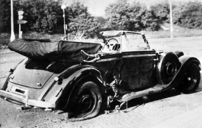 Heydrichův automobil po atentátu.