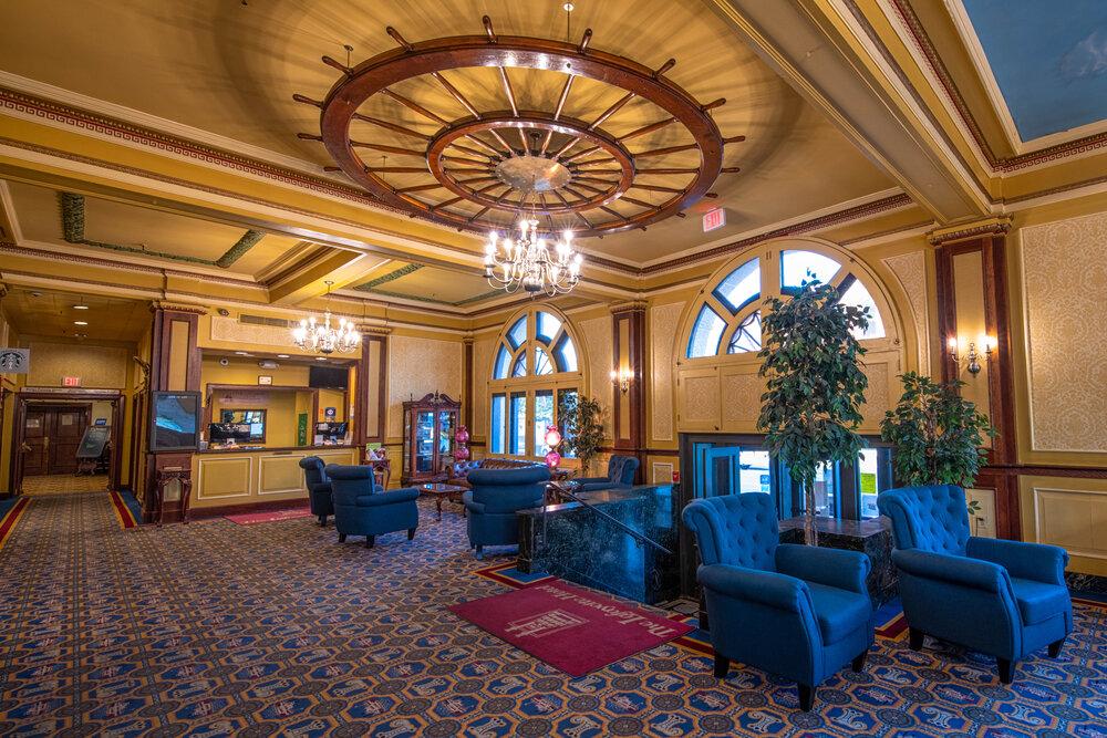 Interiér hotelu vypadá vlídně.
