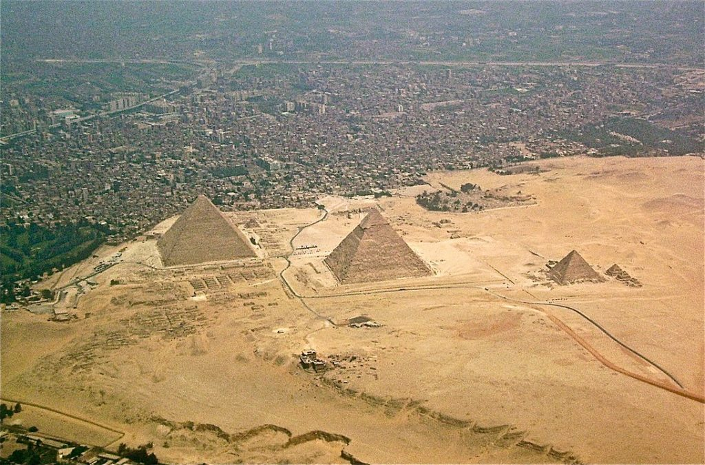 Letecký pohled na pyramidy. Foto: Wikimedia Commons
