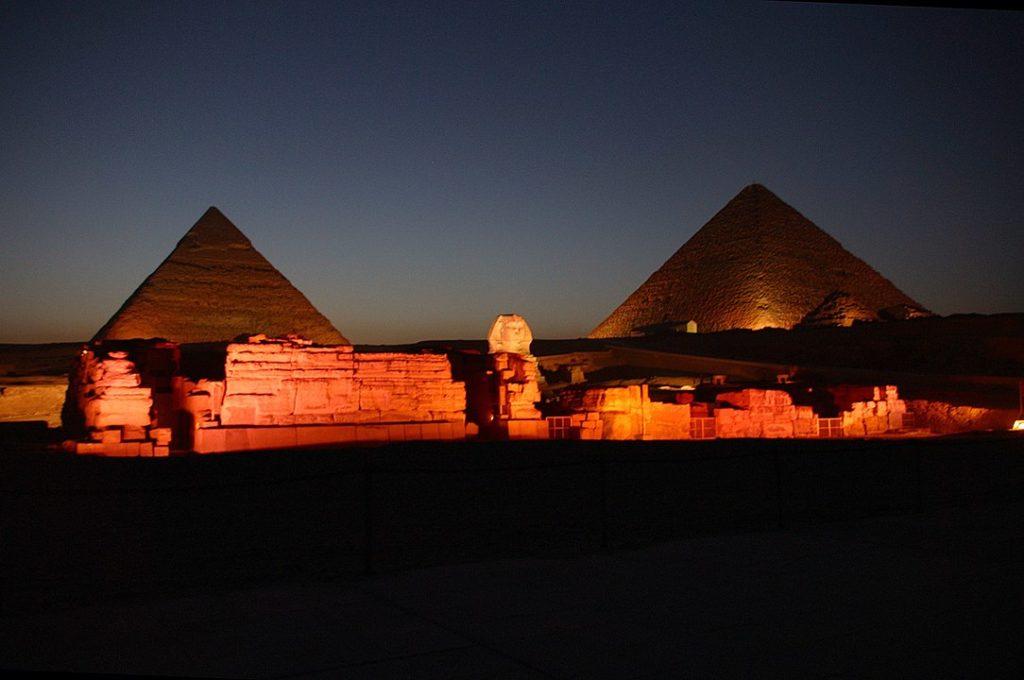 V noci působí pyramidy ještě tajemněji. Foto: Wikimedia Commons