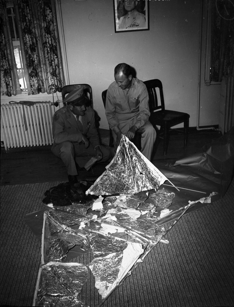 Ministerstvo prý získalo materiály z mimozemských havárií, na snímku trosky z havárie v Roswellu, foto library.uta.edu