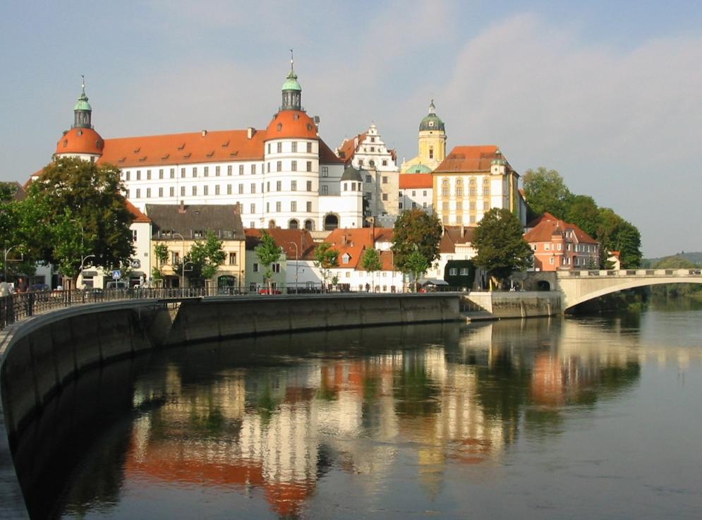 Kde se příběh vlastně odehrává? Zdá se, že namísto v Rakousku zde, v německém Neuburgu. FOTO: Mendli at German Wikipedia / wikimedia commons, CC BY-SA 3.0
