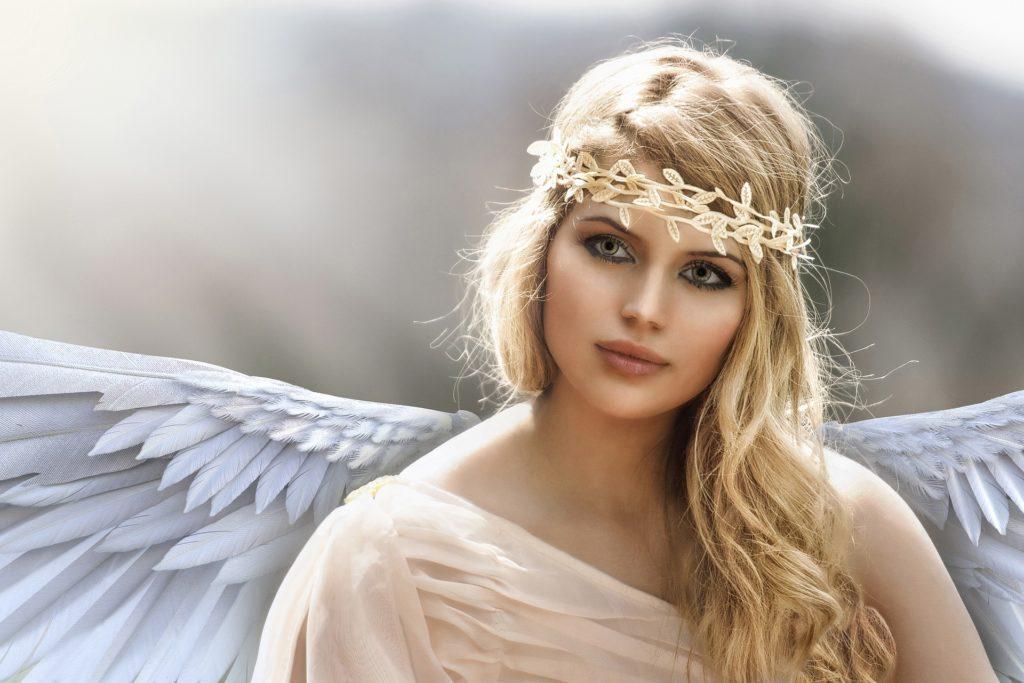 Andělem byla blonďatá žena s modrýma očima oděná v bílých šatech, foto Pixabay