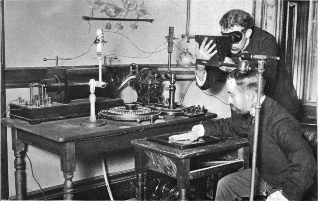 První experimenty s rentgenem na konci 19. století, foto William J. Morton / Creative Commons / volné dílo