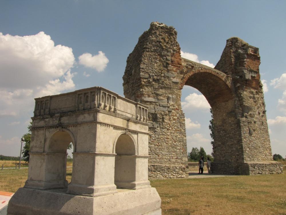 Známou římskou stavební památkou vokolí Dunaje je například tzv. Pohanská brána.