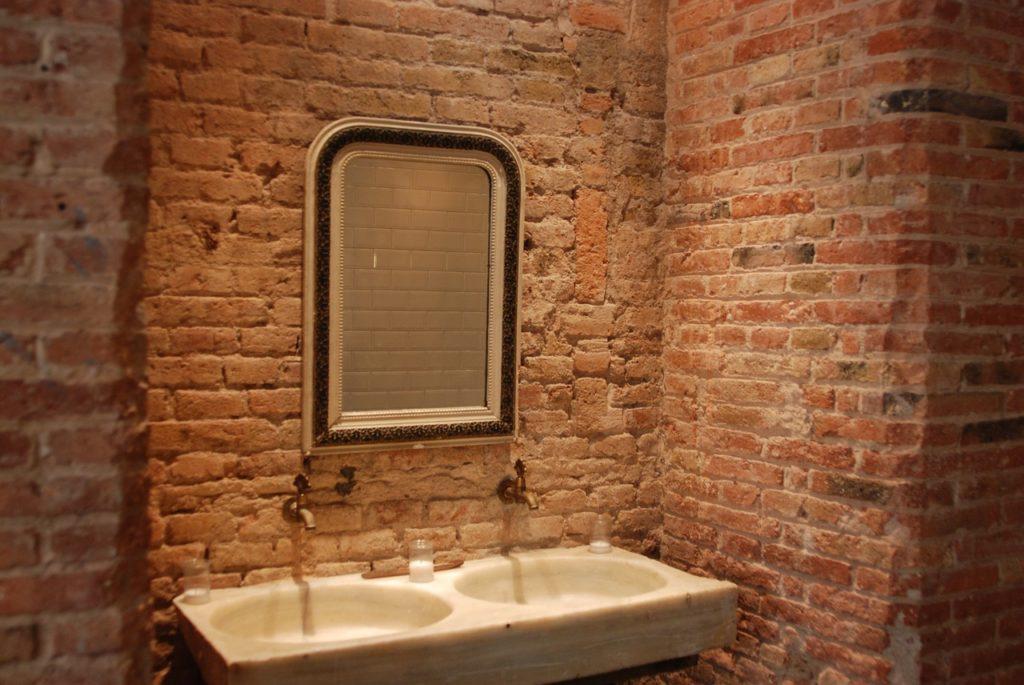Newyorčanka prý našla za zrcadlem ve své koupelně další byt