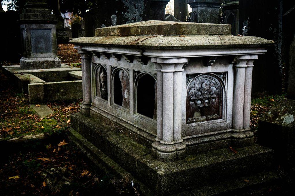 Mohlo se víko hrobky samo pohnout a mladíka uvěznit? FOTO: Pixabay