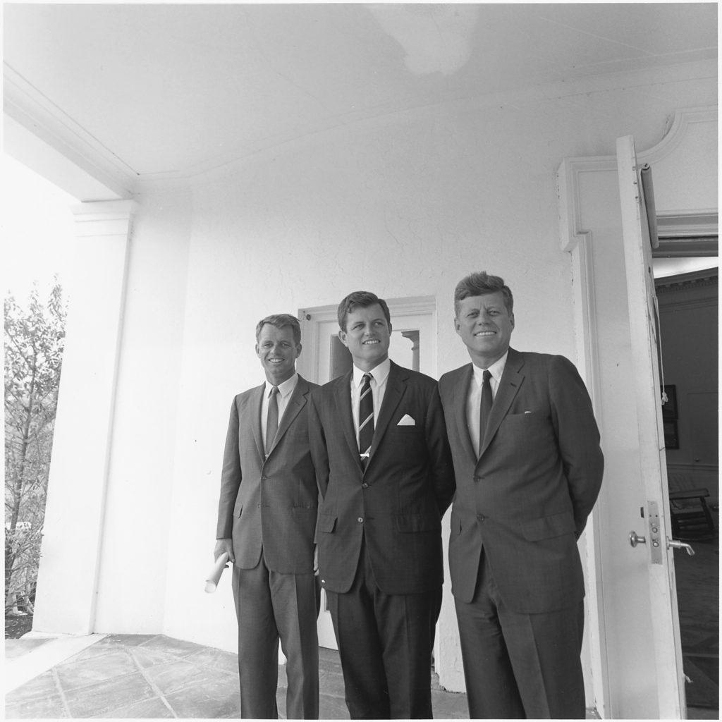 Kennedyovic klan patří mezi ty nejambicióznější. JFK,  bratr Bobby a senátor Edward Kennedy řečený Ted.  Je z devíti Kennedyovských dět nejmladší.  FOTO:  John F. Kennedy Library (NLJFK), Columbia Point, Boston, MA, 02125-3398 - volné dílo