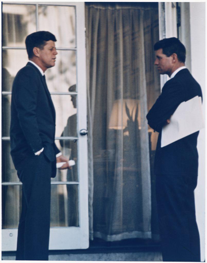 JFK a bratr Bobby.  Pojí je rodina, politika,   a v závěru i podivná smrt. FOTO: Robert L. Knudsen - U.S. National Archives and Records Administration - volné dílo
