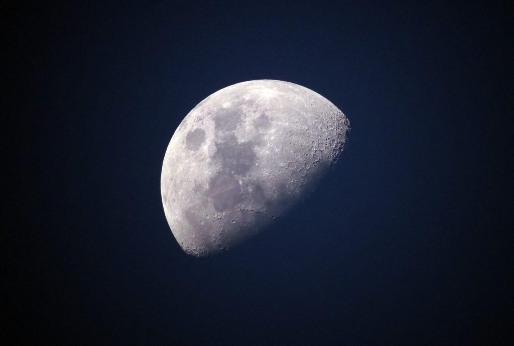 Záhadné objekty v blízkém vesmíru: Kdo létá kolem Měsíce?