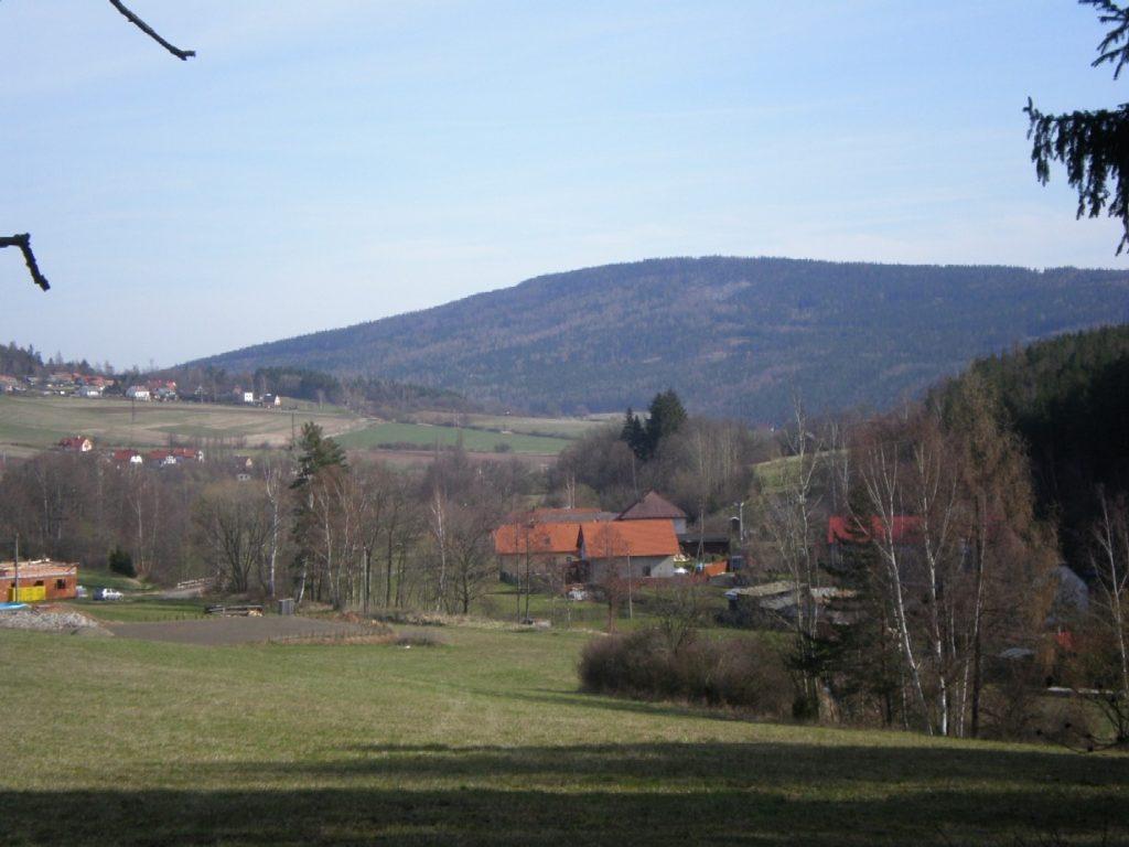 Pohled na Plešivec. Foto Foto Brdy-res publica/Wikimedia Commons/Volné dílo