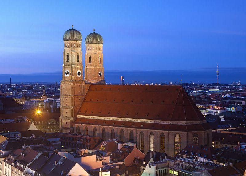 Mnichovskou katedrálou Frauenkirche možná kráčel Ďábel