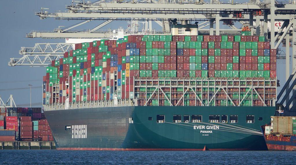 Uri Geller tvrdí, že loď v Suezském průplavu osvobodil silou mysli