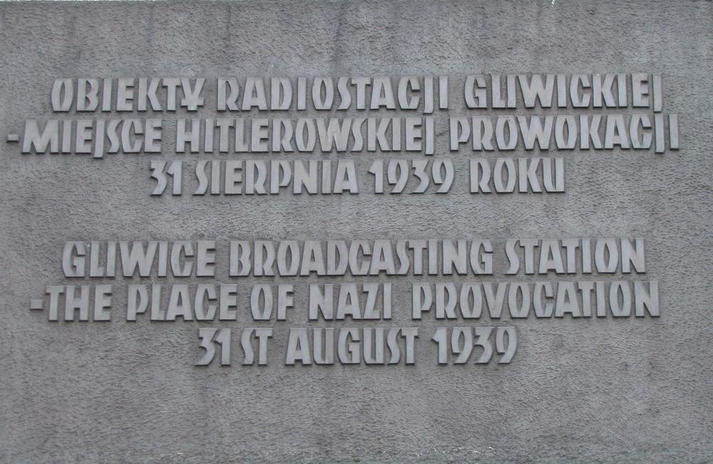 Pamětní deska na budově  rozhlasové stanice.