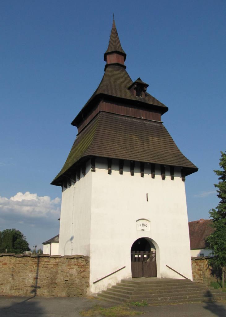 Gotická zvonice má zajímavou šindelovou střechu.