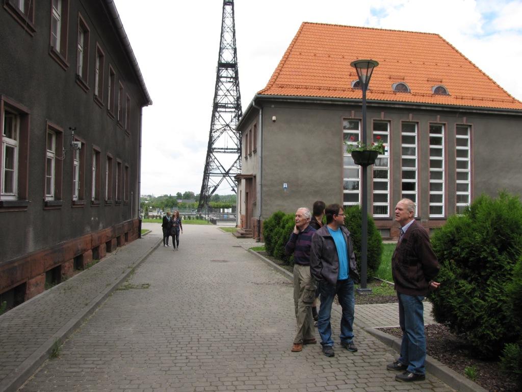 Návštěvníci v areálu stanice.