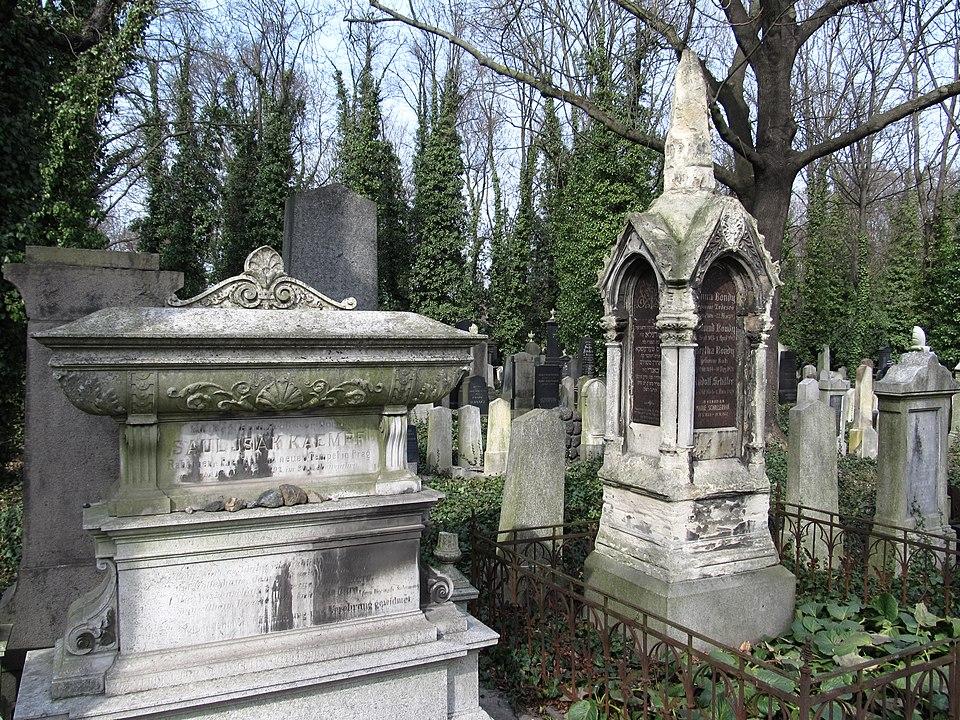 Nový židovský hřbitov na Olšanech stojí za návštěvu. Překrásné hrobky dokreslují genia loci. Foto: Vlach Pavel / Wikimedia commons - CC BY-SA 4.0