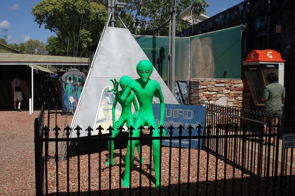 Mimozemšťané jsou ve Wycliffe Well doslova na každéém kroku. Foto: AwOiSoAk KaOsIoWa / Creative Commons / CC BY-SA 3.0