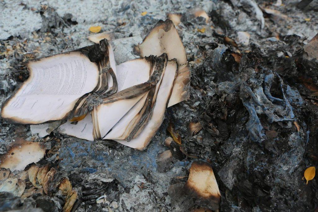 Papír zůstává plameny téměř nedotčen, foto Pixabay