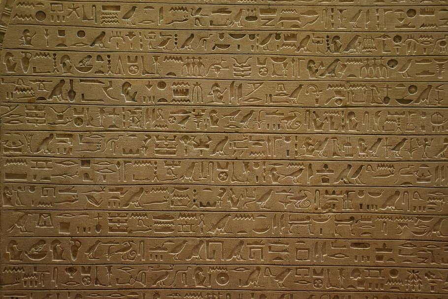 Povrch malého meteoritu pokrývají záhadné symboly, podobné egyptským hieroglyfům. Foto: Pxfuel