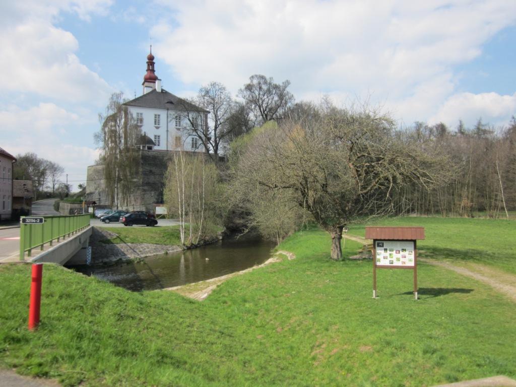 Cesta k areálu hřbitova vede v sousedství zámku Skalka.