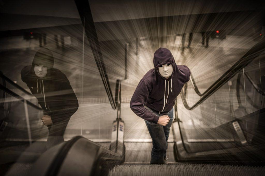 Rodinu v New Jersey terorizuje neznámý stalker
