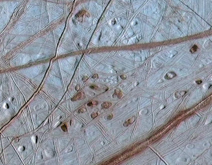 Pod vším tím ledem se na Europě skrývá tekutá voda - a možná i život. Foto: NASA / Creative Commons / volné dílo