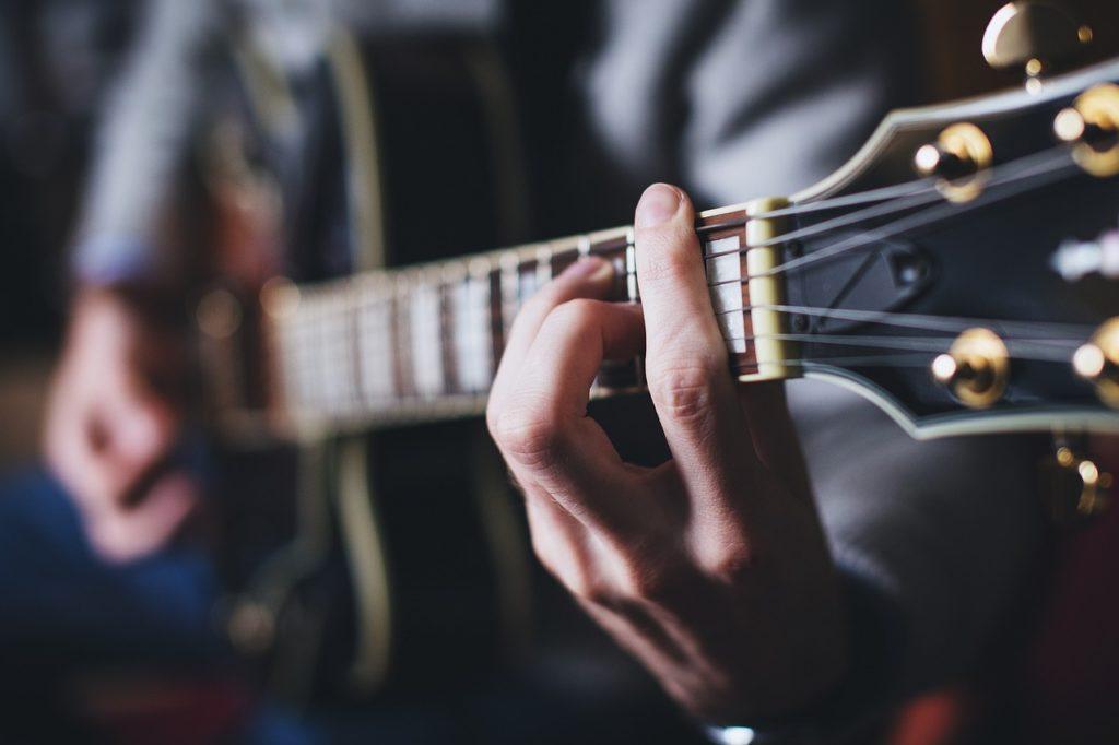 Když Terry začne hrát na kytaru, koule se sama od sebe přidá do rytmu. Foto: Pixabay