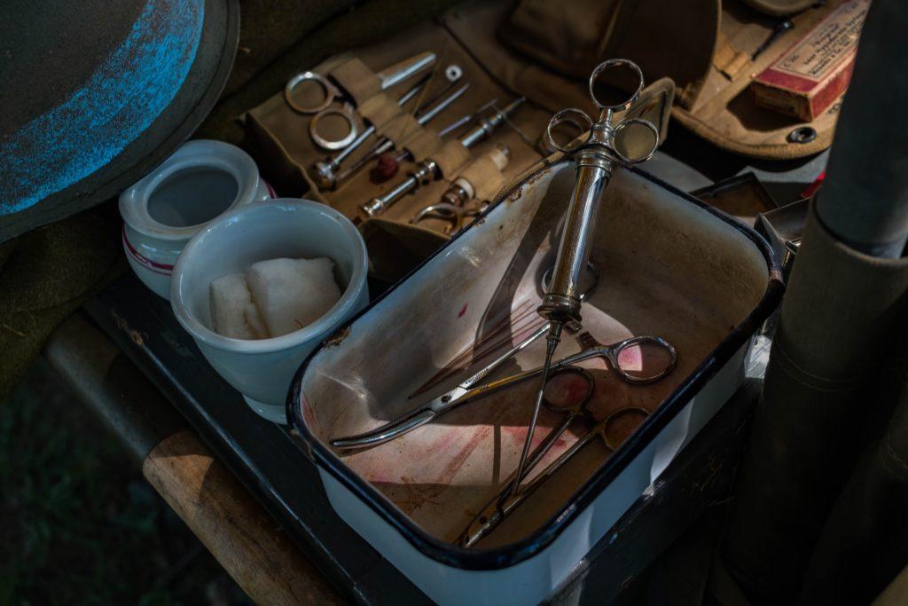 V bývalém penzionu straší duch šíleného lékaře, který si z kluků na internátu udělal pokusná morčata. Foto: Unsplash