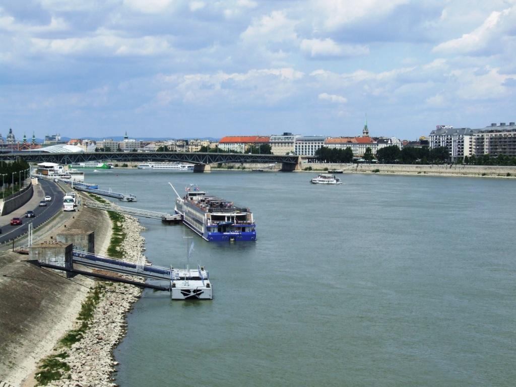 """Řeka Dunaj v Budapešti. Hluboko pod zemí se nachází jiná """"řeka"""", která jakoby mířila až do samotného podsvětí."""