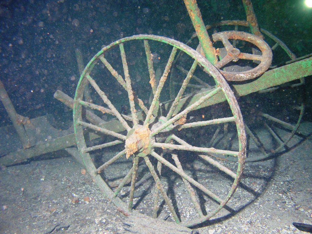 Pod vodou lze vidět zbytky staré důlní techniky.