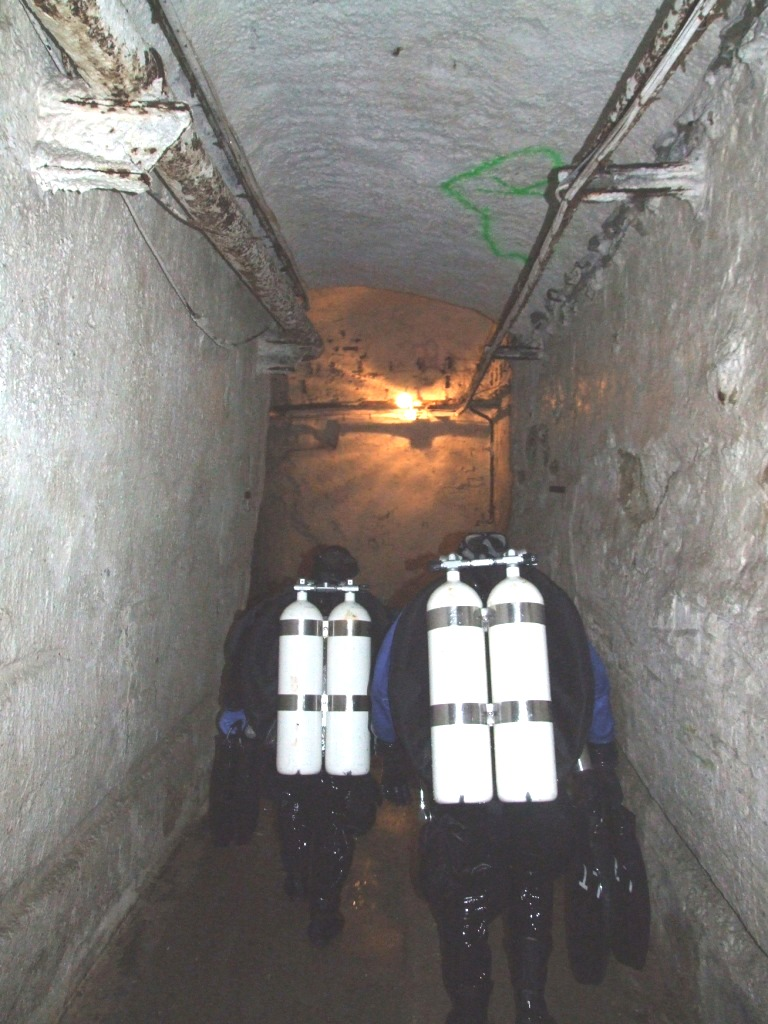 Potápěči se přesunují k jedné ze zatopených chodeb.