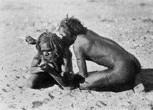 Domorodí Australané se navzájem proklínají a vraždí pomocí kostí